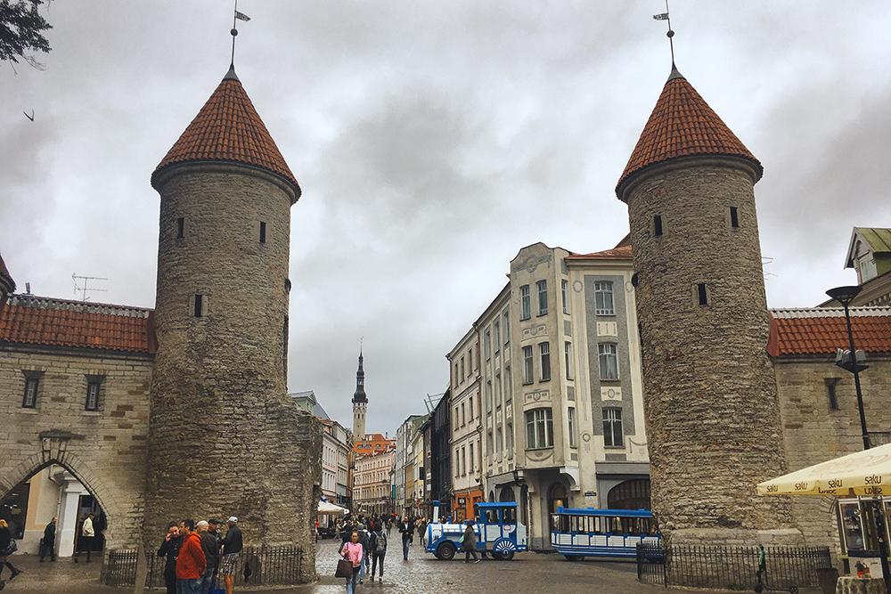 Башни Вируских ворот и трехметровая крепостная стена построены в 13 веке. Между ними виден шпиль Ратуши — там находится Ратушная площадь и центр старого Таллина