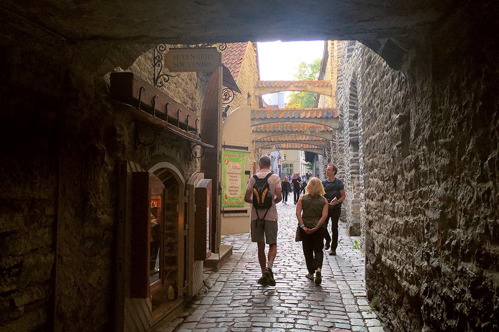 Вход в переулок Святой Катарины легко пропустить: он маленький и незаметный. Лучше подглядывать в карту