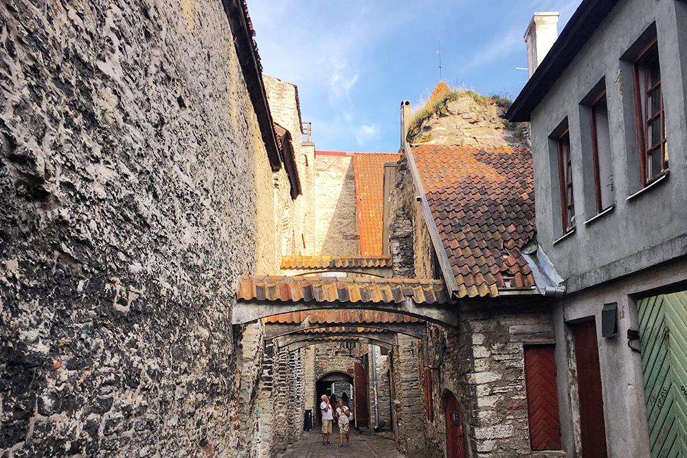 Слева переулок ограничивает стена бывшего доминиканского монастыря Святой Катарины. Сейчас монастырь работает как музей. Он открыт с мая по сентябрь. Вход стоит 1€