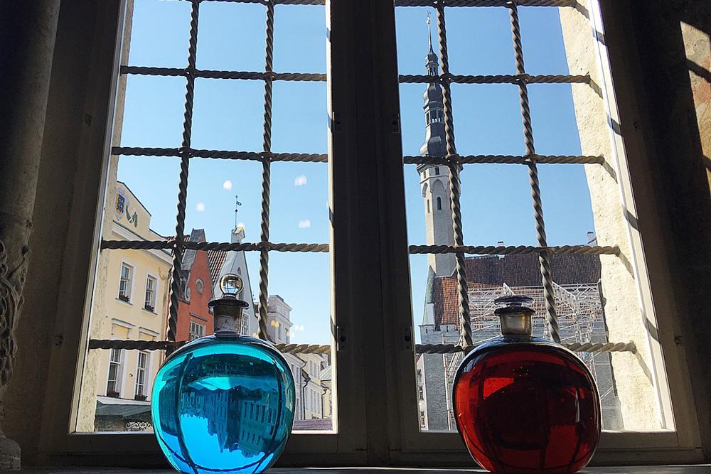 Глядя на склянки и старинные снадобья в ратушной аптеке, я думаю, что каждая женщина немного ведьма