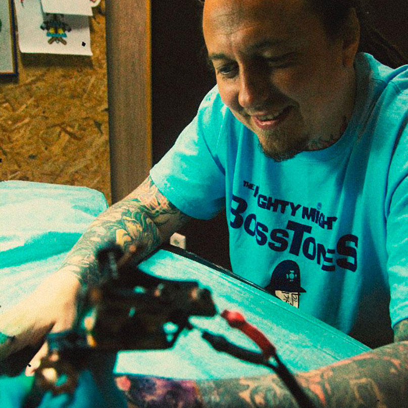 Сергей «Бай» Байбаков из московской панк-группы Distemper специально приезжал на четыре дня в Казань, чтобы «по максимуму забиться обновками» в студии. Набил 5 татуировок