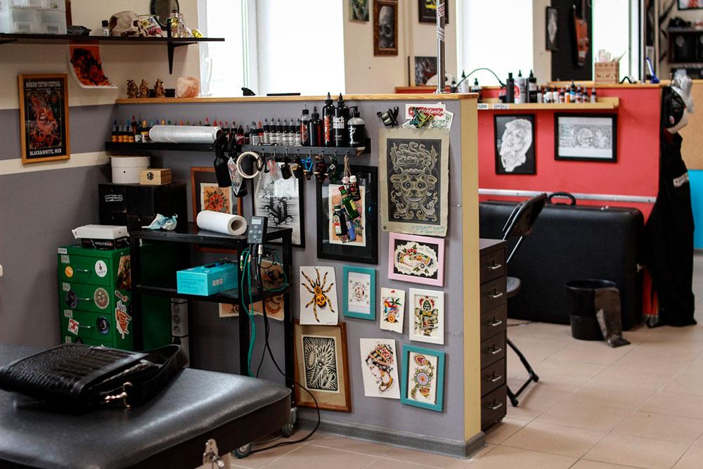 Рабочее место мастера татуировки оборудовано кушеткой, полками дляхранения красок, оборудования, инструментов и расходных материалов. Мастера украшают рабочие места своими картинами, игрушками и другими памятными вещами
