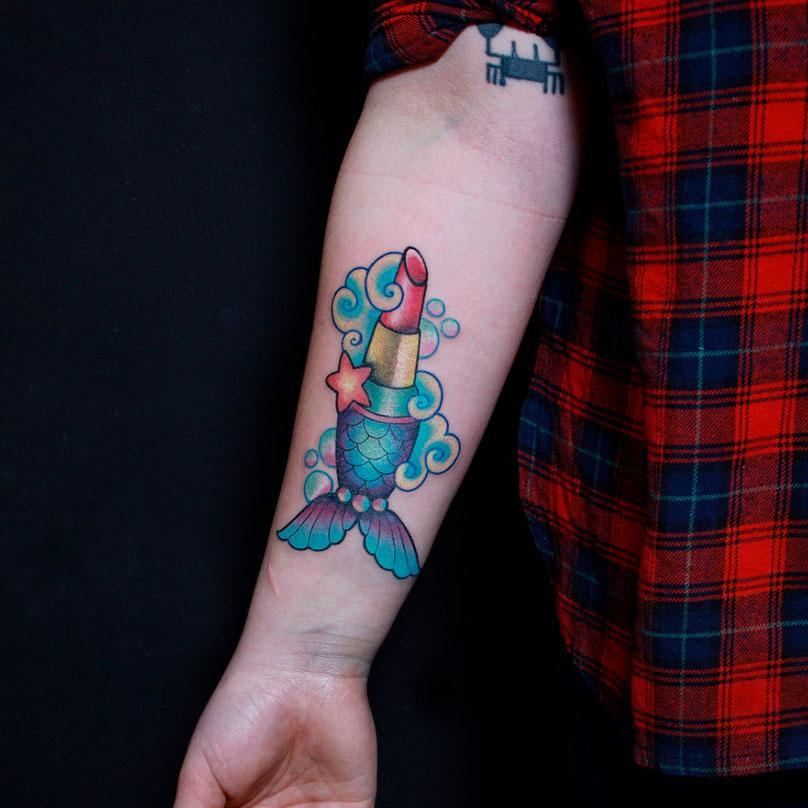 Татуировка в стиле глэм-трат — современная версия олдскульной татуировки, длянее характерны четкие черные контуры и ограниченная цветовая гамма. Обычно в этом стиле обыгрывают морскую тематику или несуществующие предметы и животных