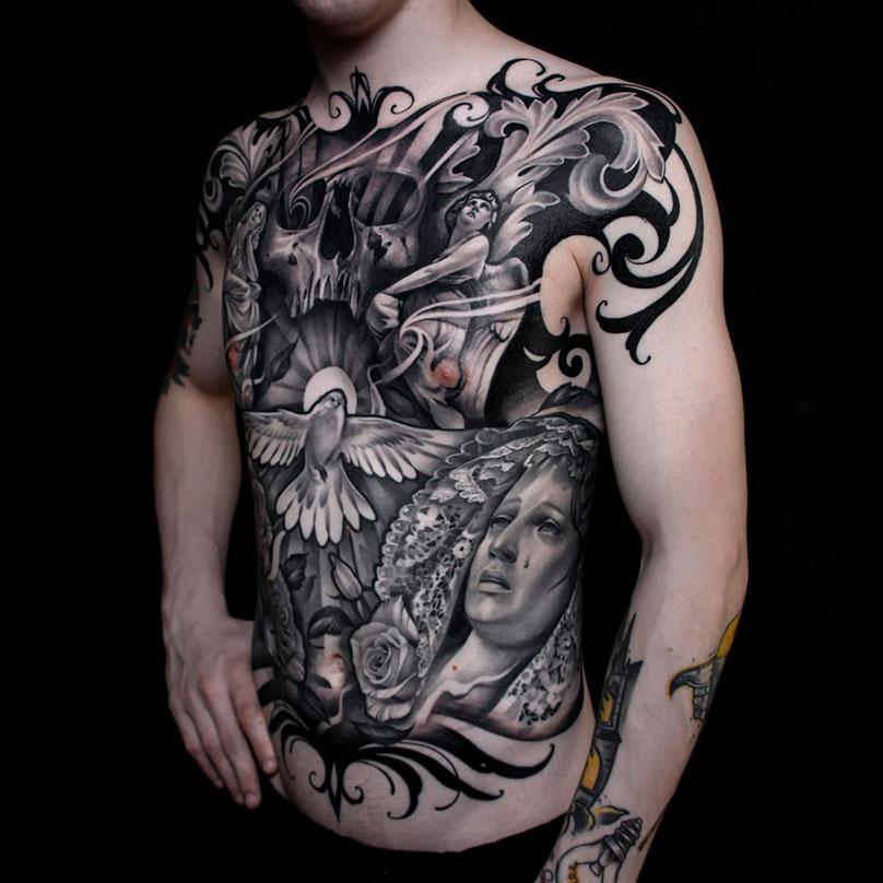 Реализм — самый сложный вид татуировки. Длянего характерны изображения людей, животных и вещей. Мастер должен профессионально рисовать, тщательно подбирать цветовую гамму, кропотливо накладывать штрихи и контуры. Эту татуировку мастер Анастасия набивала 6 сеансов в течение полугода, она стоила 60 тысяч рублей