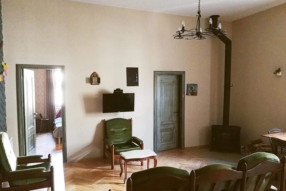 Это наша квартира в Тбилиси: две спальни, кухня, совмещенная с гостиной, ванная, кладовка, камин и четырехметровые потолки