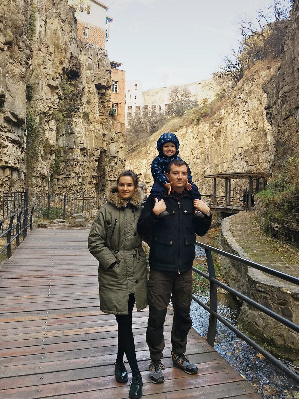 Мы уехали из Москвы в поисках простой жизни и нашли ее в Тбилиси — интересном дешевом и дружелюбном городе. Мы планируем остаться тут на год, а потом… кто знает? Бесконечные каникулы пока не закончились