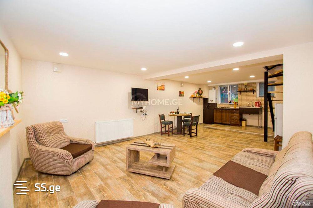 Эту квартиру площадью 80&nbsp;м² сдают рядом с&nbsp;парком Вере в&nbsp;центре Тбилиси всего за&nbsp;300$ (около 20&nbsp;255<span class=ruble>Р</span> в&nbsp;месяц. На&nbsp;первом уровне — кухня и гостиная, на&nbsp;втором — спальня и ванная