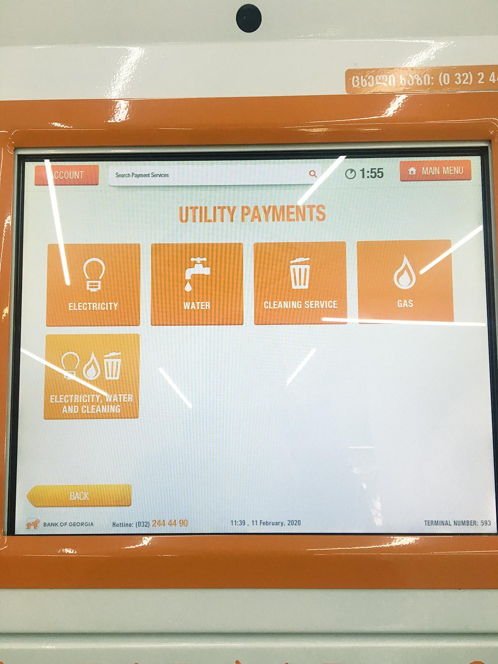 Автомат для оплаты услуг ЖКХ. Выбираете вид услуги и компанию, вбиваете номер счета и засовываете деньги. Комиссия 1,5%
