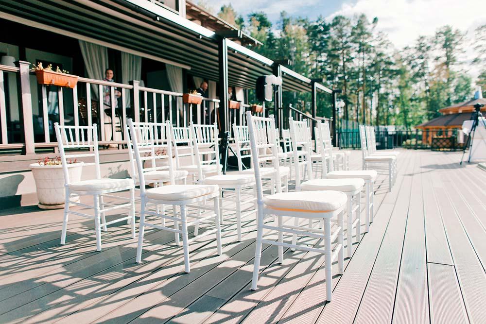 Запустив проект по прокату стульев, Антон обзвонил всех свадебных организаторов в городе и рассказал, что на рынке появилась новая компания с дефицитными итальянскими стульями