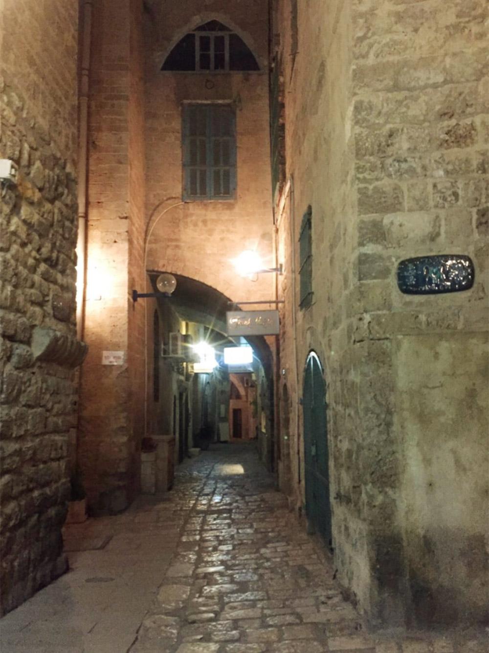 Ночью в Яффо зажигают фонари и гулять также интересно, как днем