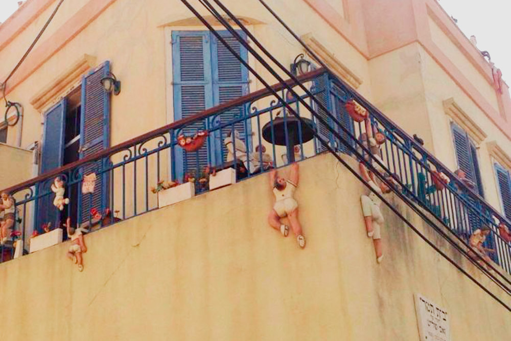 Дом художницы Тамар. По всему балкону висит множество кукол