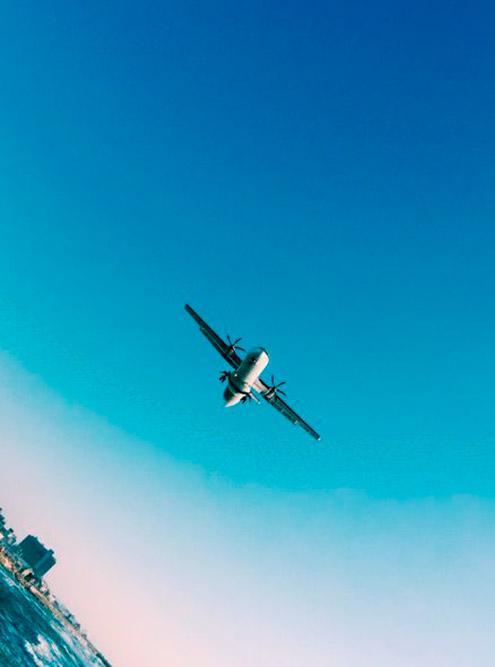 Такой вид открывается с набережной: самолеты внутренних рейсов, «кукурузники» и военные приземляются в аэропорту Сде-Дов в черте города