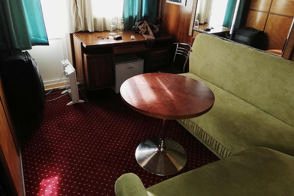 Зеленый диванчик влюксе разваливался