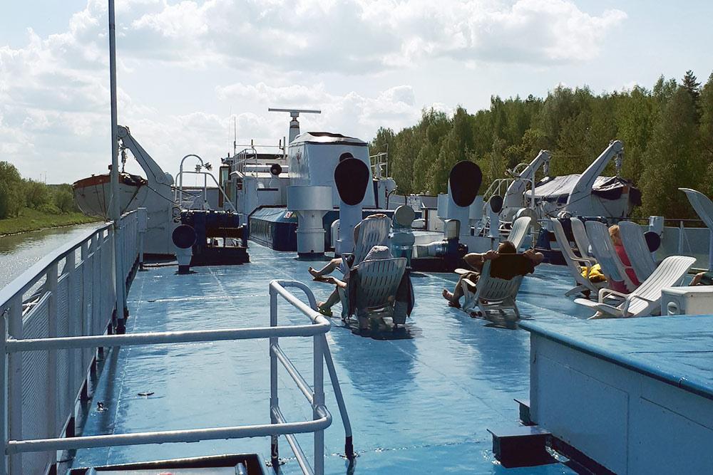 Шезлонги нашлюпочной палубе «Григория Пирогова». Это место называют солярием