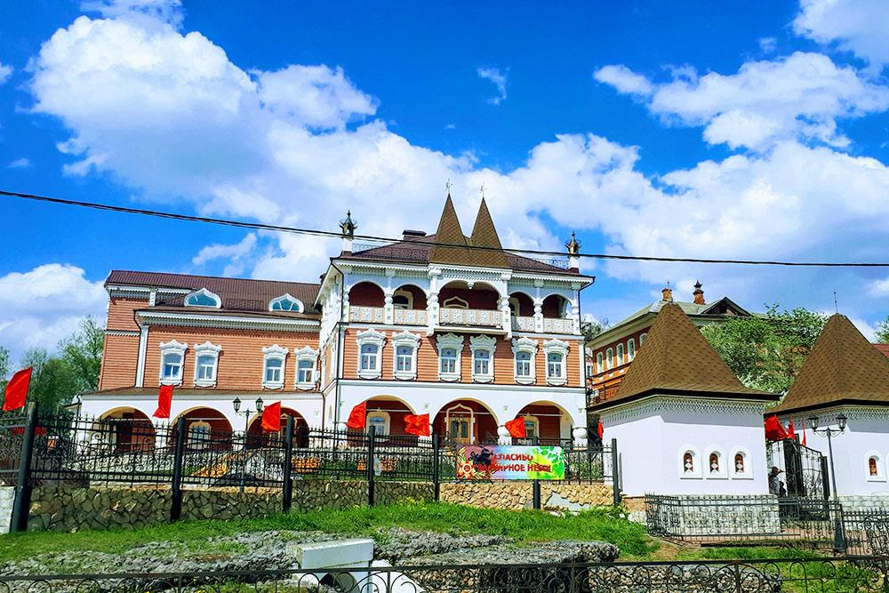 ВМышкине открыт музей «Мышкины палаты». Вних якобы живет царица-мышь. Здесьже можно посетить мышиный зоопарк