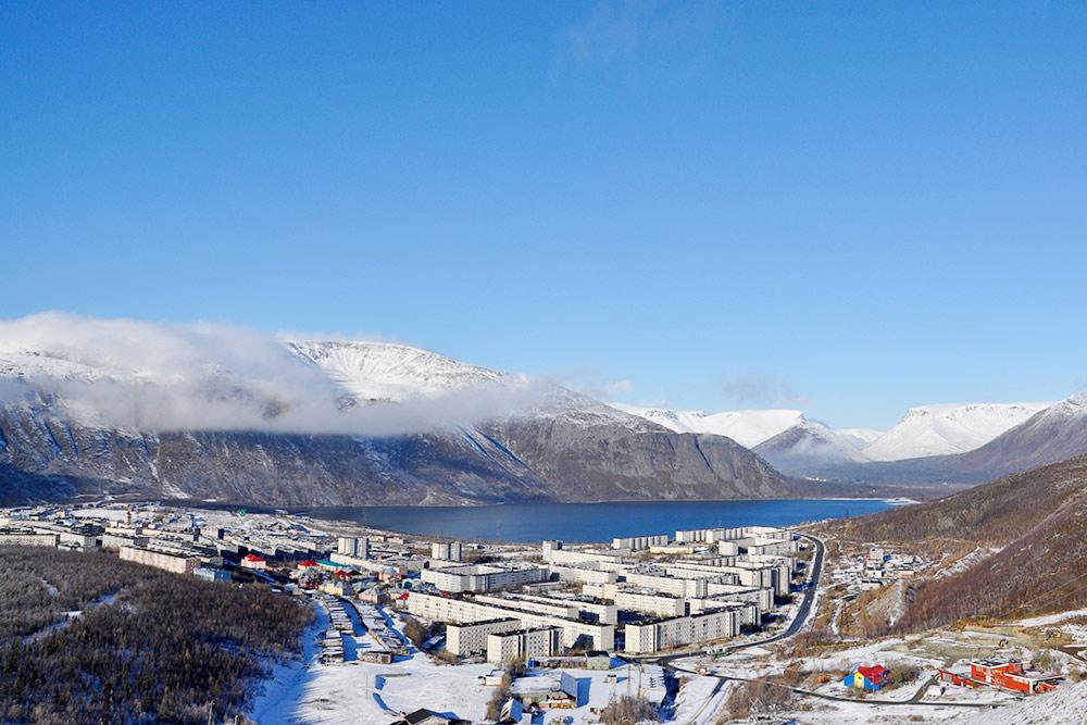 Так выглядит Кировск с высоты северного склона горнолыжного курорта, за городом видно озеро Большой Вудъявр, а за озером уже начинаются Хибины