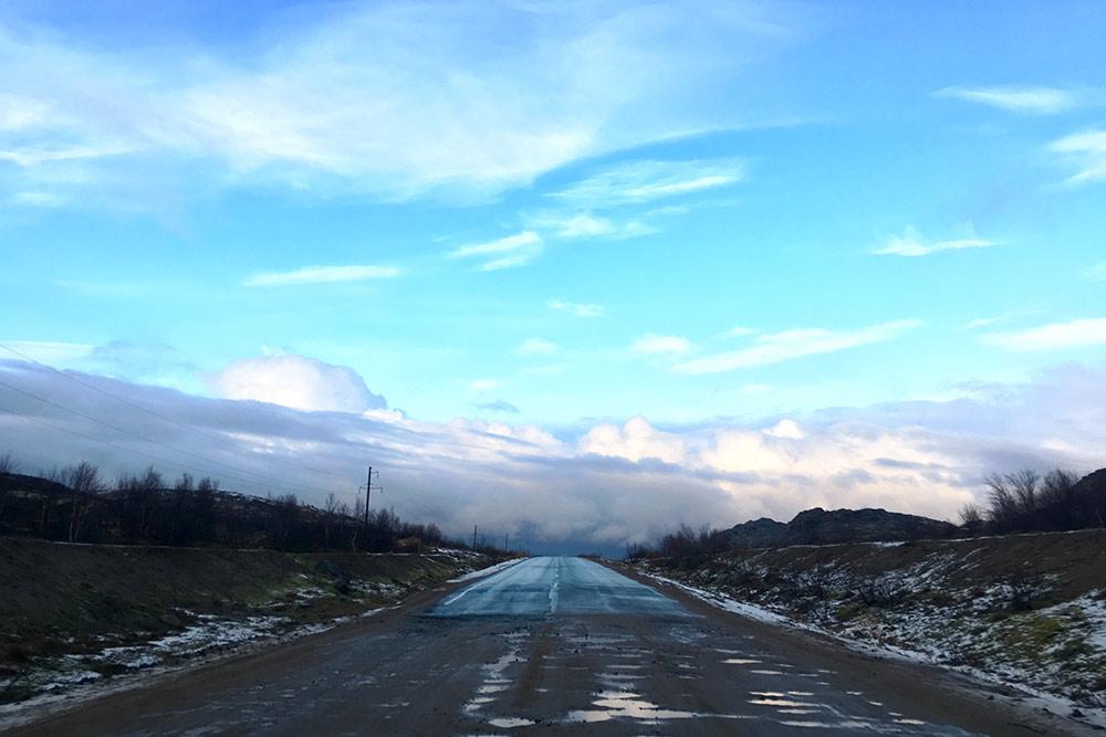 Это поворот с шоссе в сторону поселка Териберка. Нафото хорошо видно, где кончается асфальтовая дорога и начинается разбитая грунтовка служами и ямами