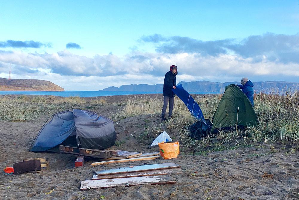 Палатки мы поставили прямо у берега Баренцева моря