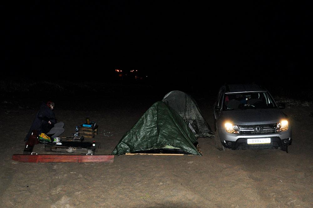 Рядом поставили машину, чтобы хоть немного закрыть палатки и нашу импровизированную кухню отморского бриза