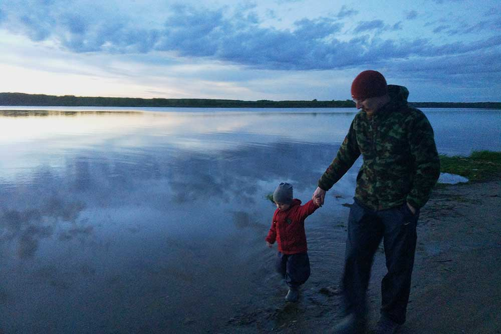 Мой супруг со старшим сыном гуляют поберегу Ёлнати
