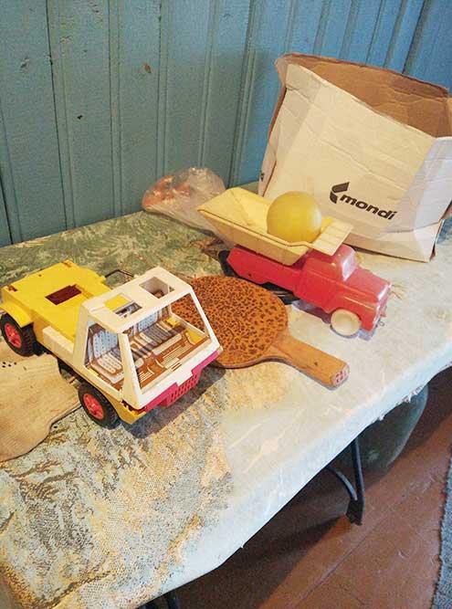 Эти игрушки бывшие хозяева положили на видное место: они знали, что унас двое маленьких детей