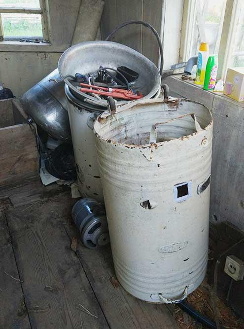 Такие неработающие стиральные машинки достались нам внаследство. Пока думаем, как их можно былобы использовать непоназначению