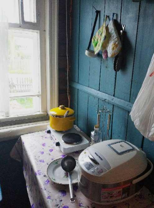 Так выглядит пока наша скромная кухонька. Мультиварку мы привезли ссобой изквартиры