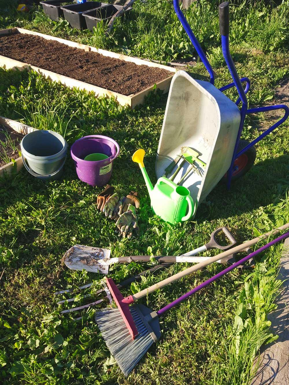 Вот часть того, что докупали наместе дляработы в саду. Изначально мы непланировали никаких посадочных работ вэтом сезоне, ностадное чувство победило