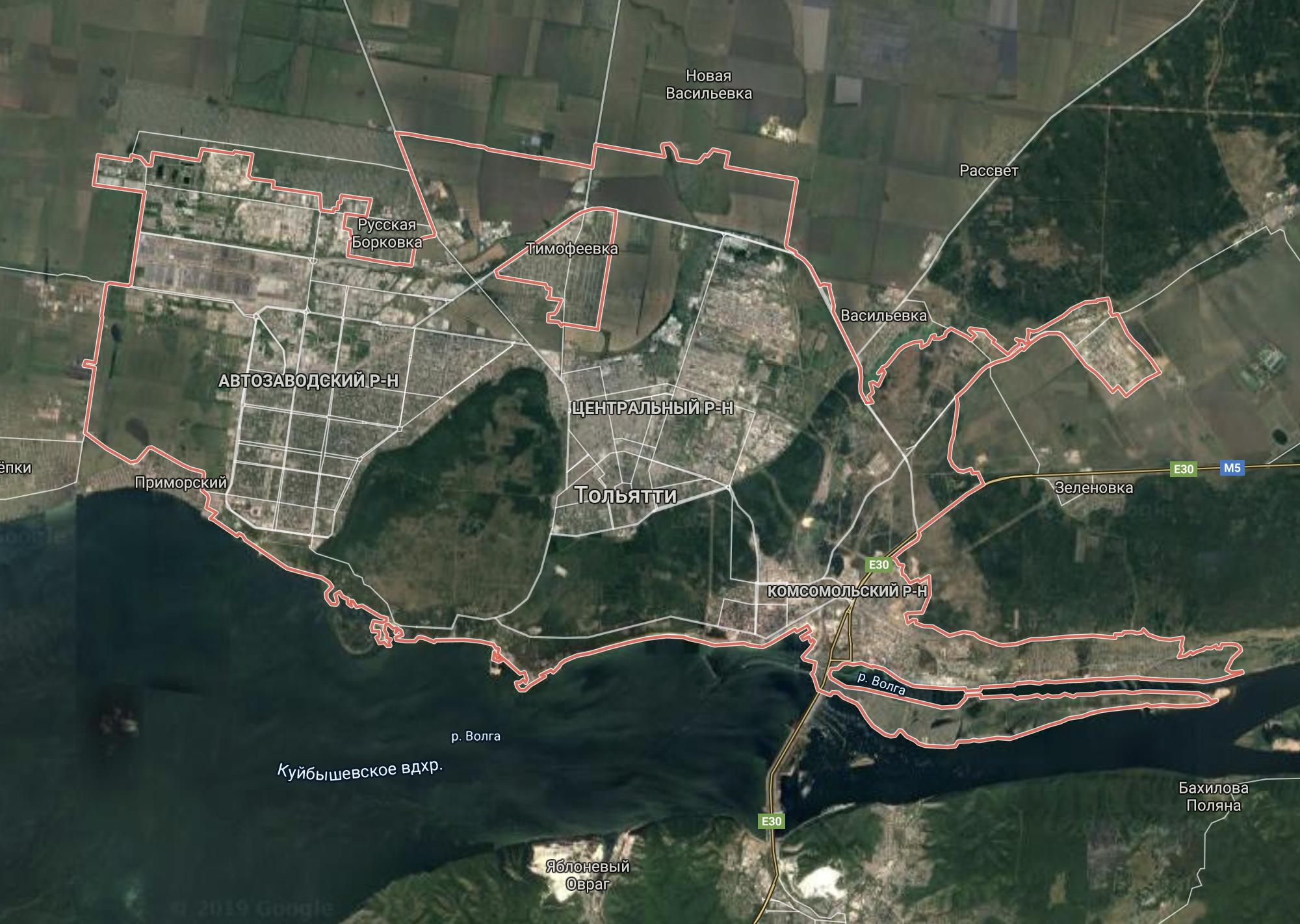 В черте города расположены леса, которые отделяют районы друг от друга. Вид со спутника в «Гугл-картах»