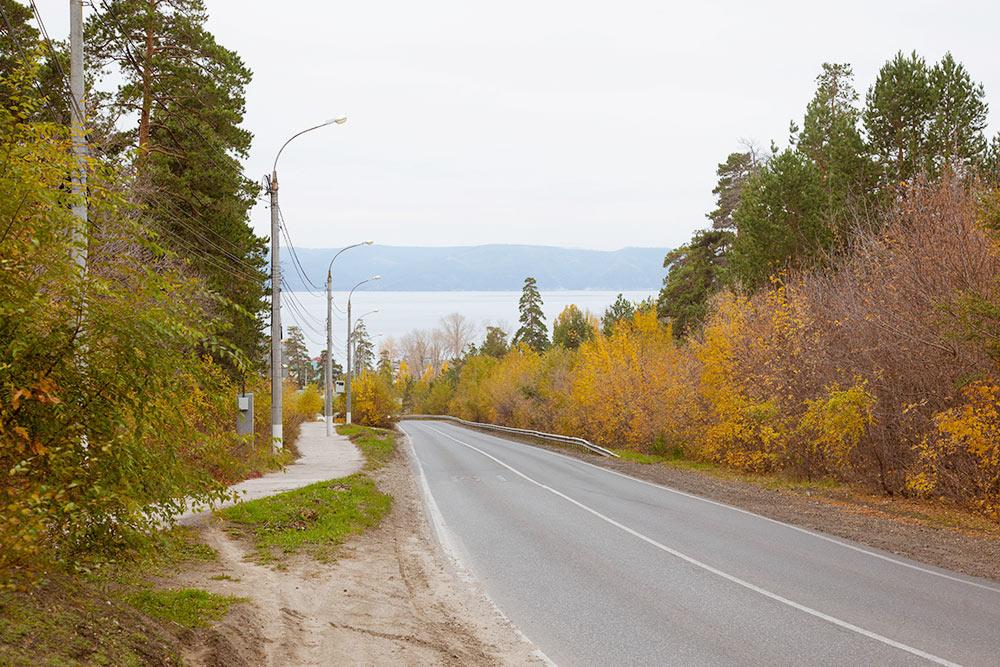 Лесопарковое шоссе соединяет Автозаводский и Центральный районы. Вдали — Куйбышевское водохранилище, по сторонам — лес
