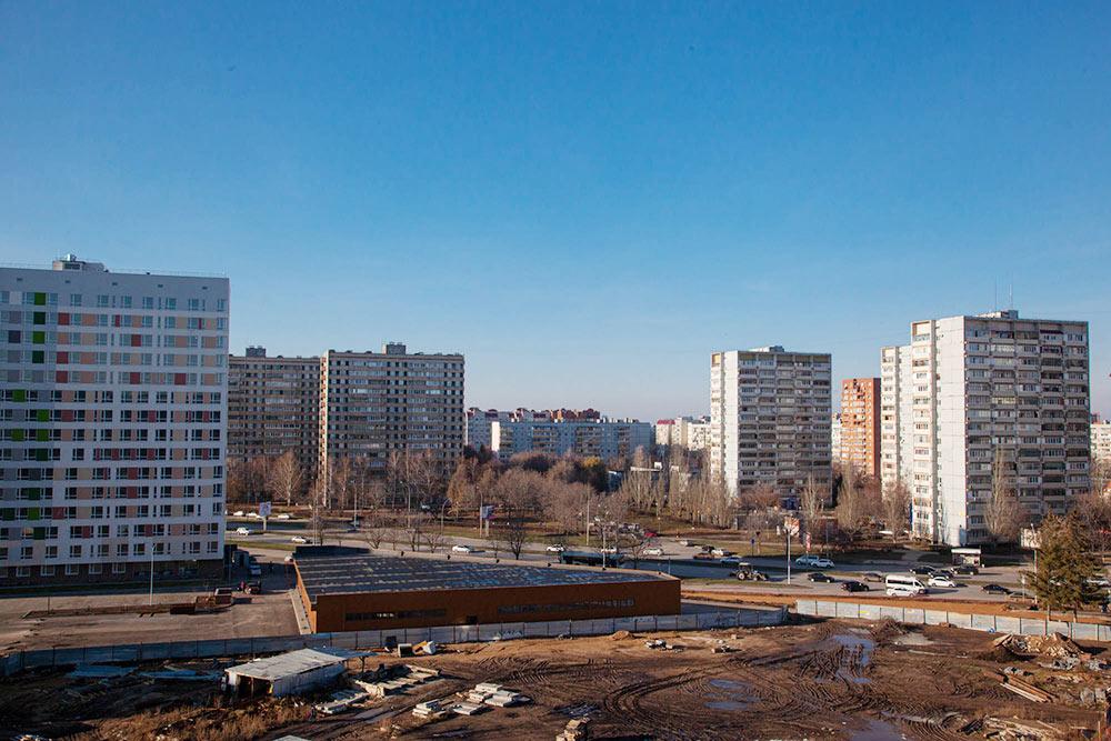 Вид из моего окна на 14-й квартал и улицу 40 лет Победы: инфраструктуры нет, одни высотки