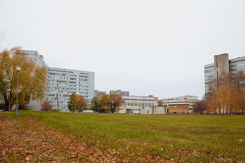 Территория медгородка: справа многопрофильный корпус 810, слева — хирургический корпус, построенный в виде раскрытой книги