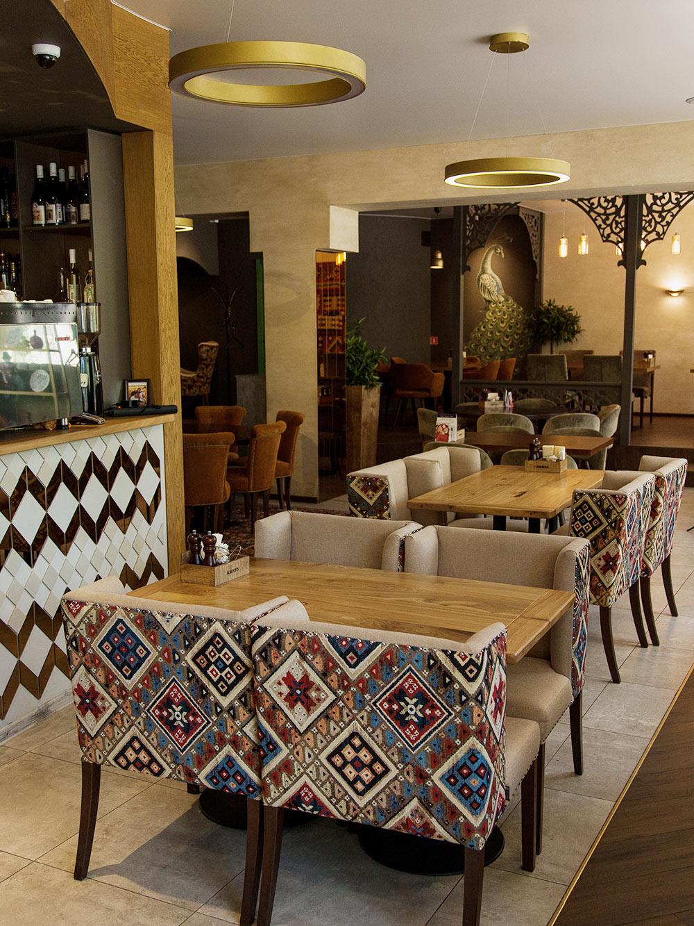 Интерьер «Кинто» выполнен в традиционном грузинском стиле, а официанты встречают гостей радостным «Гамарджоба»