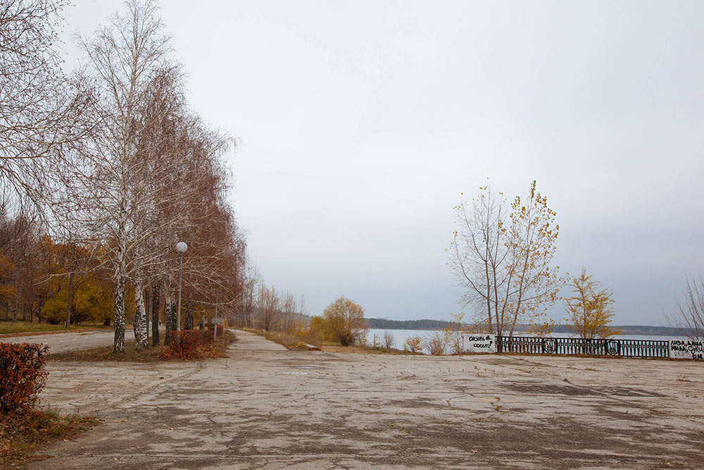 Набережная в Автозаводском районе. Здесь нет ни кафе, ни развлечений, но летом все равно людно: люди гуляют, занимаются спортом, купаются, загорают