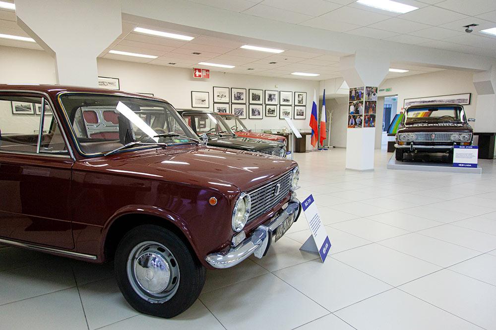 Одна из первых «копеек», сошедших с конвейера «Автоваза». Черный автомобиль за ней — ее прародитель Фиат124