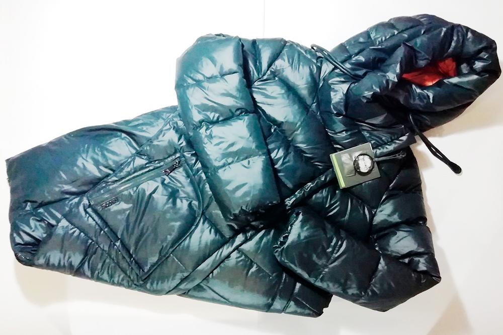 В зимней куртке помимо запасных кнопок был и образец наполнителя — биопуха. Куртка обошлась мне в 2000<span class=ruble>Р</span>, заказывала в том&nbsp;же магазине
