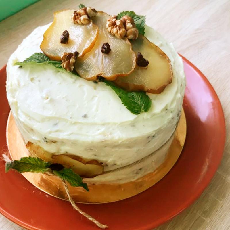 Клеить на торт много украшений не обязательно. Этот я украсила остатками груши, которую покупала дляначинки
