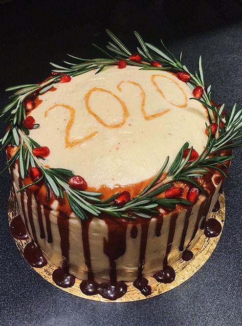 Я не люблю кокос, поэтому испекла шоколадный бисквит. А вместо вишни добавила вишневое варенье. Сверху полила торт растопленным шоколадом, украсила гранатом, розмарином и сделала надпись из золотых блесток. На 2&nbsp;кг потратила 978<span class=ruble>Р</span>. Когда пришла с тортом в гости, меня спросили: «Ой, а где&nbsp;ты его заказывала?»