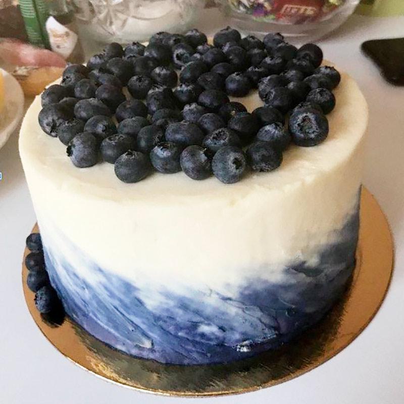 Этот торт я заказывала себе и подругам на 8 Марта. Он выглядит скромно, но внутри вкусные коржи с грушей и крем из сыра дор-блю. 2&nbsp;кг обошлись в 3500<span class=ruble>Р</span>