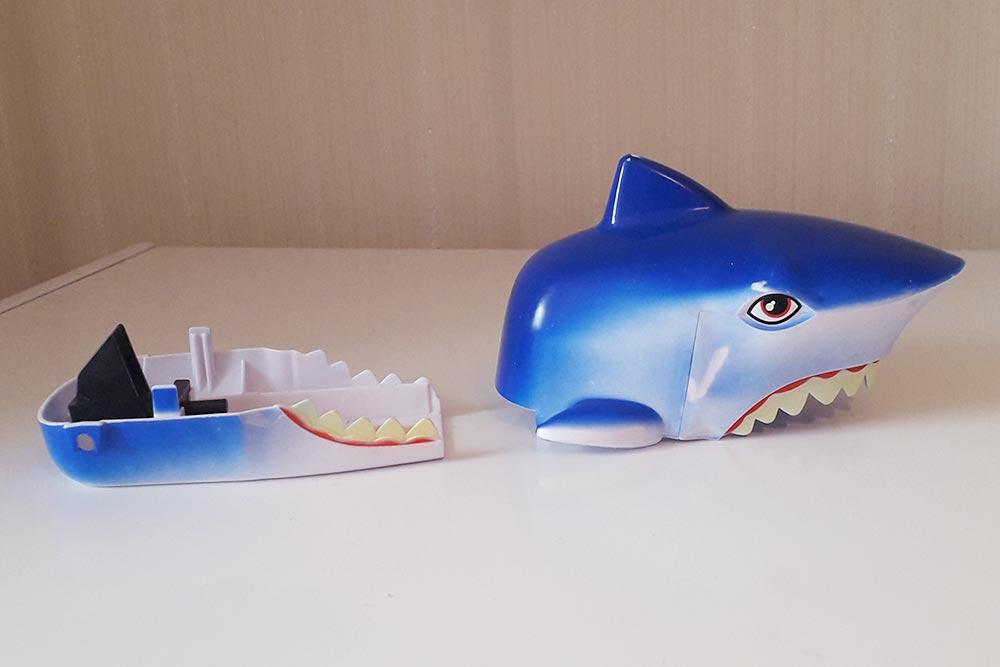 От акулы осталась только пара фрагментов. Игрушка была интересна дочке ровно неделю
