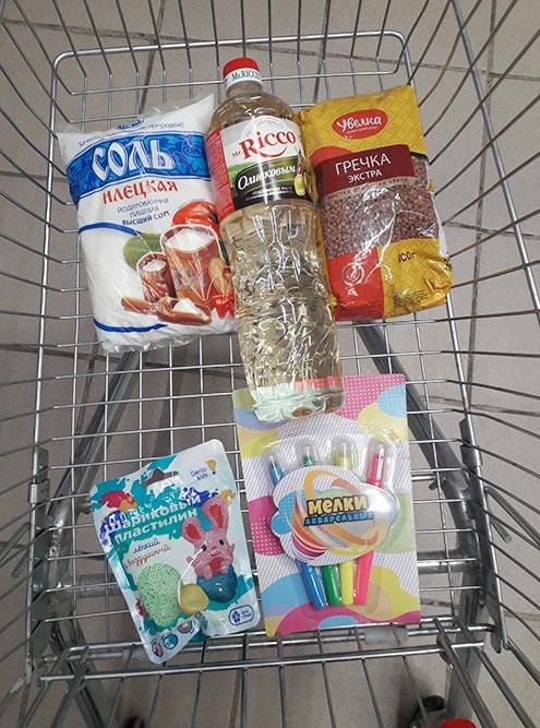 Раньше, когда я забегала в магазин с детьми, моя корзина с покупками выглядела так