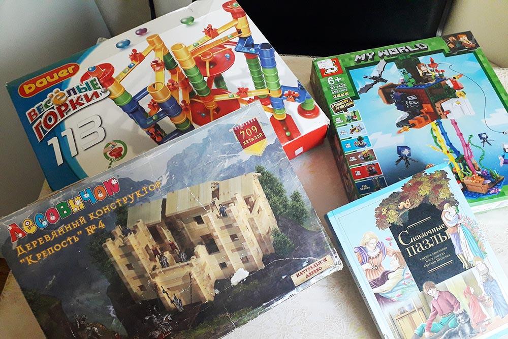 Игрушки, которые мыприобрели, запланировав покупки заранее: деревянная крепость— виюле, конструктор «Веселые горки»— вавгусте, книга «Сказочные пазлы»— всентябре, «Майнкрафт»— воктябре