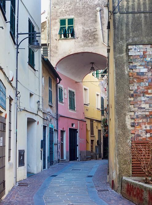 Яркие и красивые улочки Генуи на фото в статьях о путешествиях. Источник: patronestaff / Shutterstock
