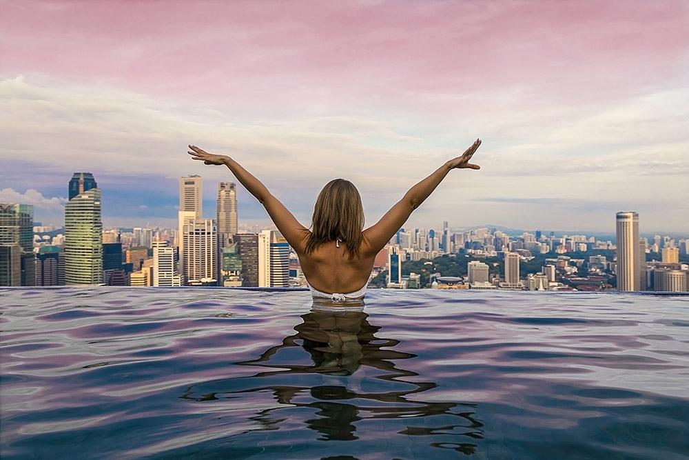 Так выглядит бассейн на фотографиях блогеров и в рекламных буклетах. Источник: Mila Larson / Shutterstock