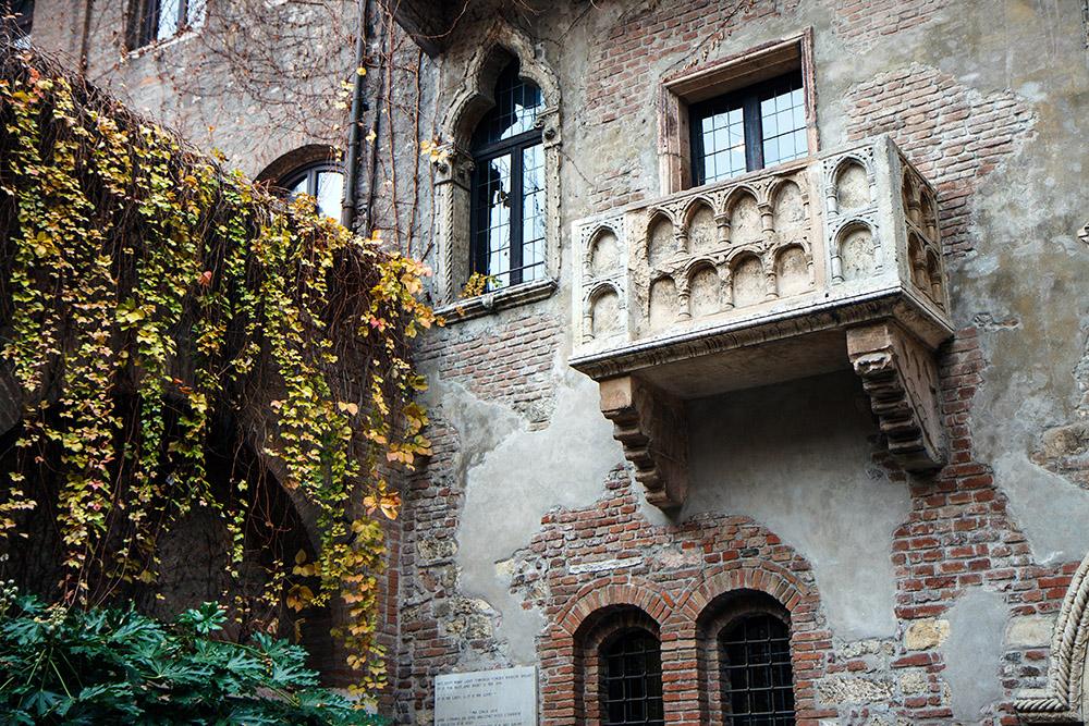 На фотографиях балкон выглядит аутентичным — хочется поскорее попасть туда и проникнуться историей чистой любви