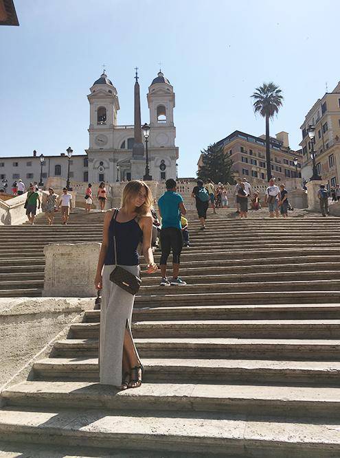 Пока не ввели запрет, по Испанской лестнице было сложно пройти: везде сидели туристы