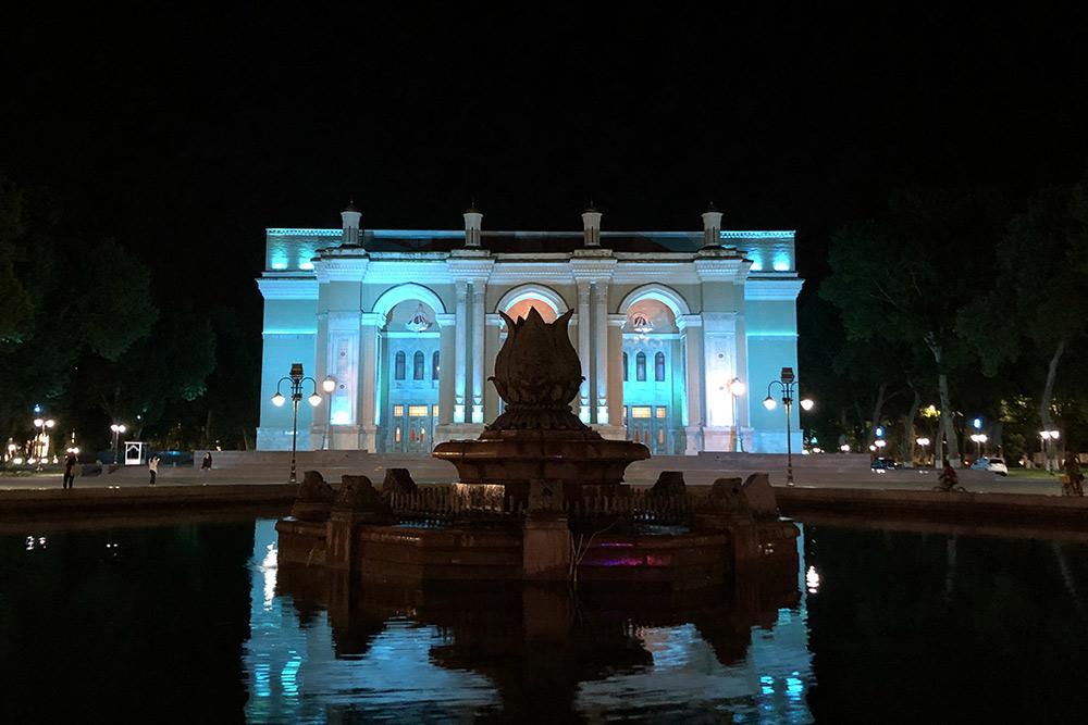 Вцентре мывидели исторический музей, ногуляли тамповечерам, когда онбылужезакрыт, афонтан отключен
