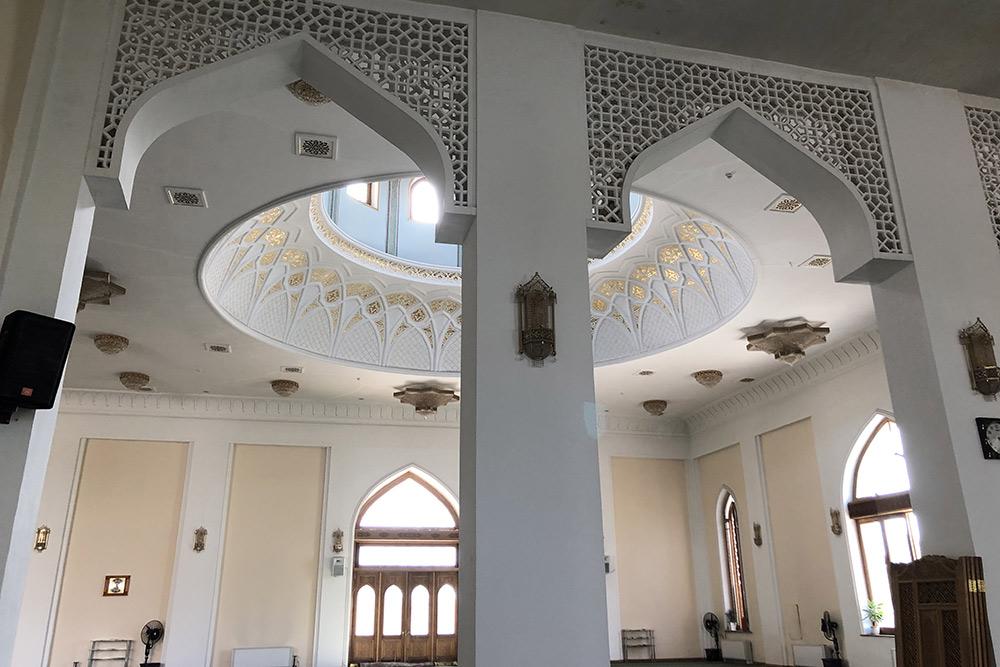 Внутри мечети было спокойно, тихо ипрохладно