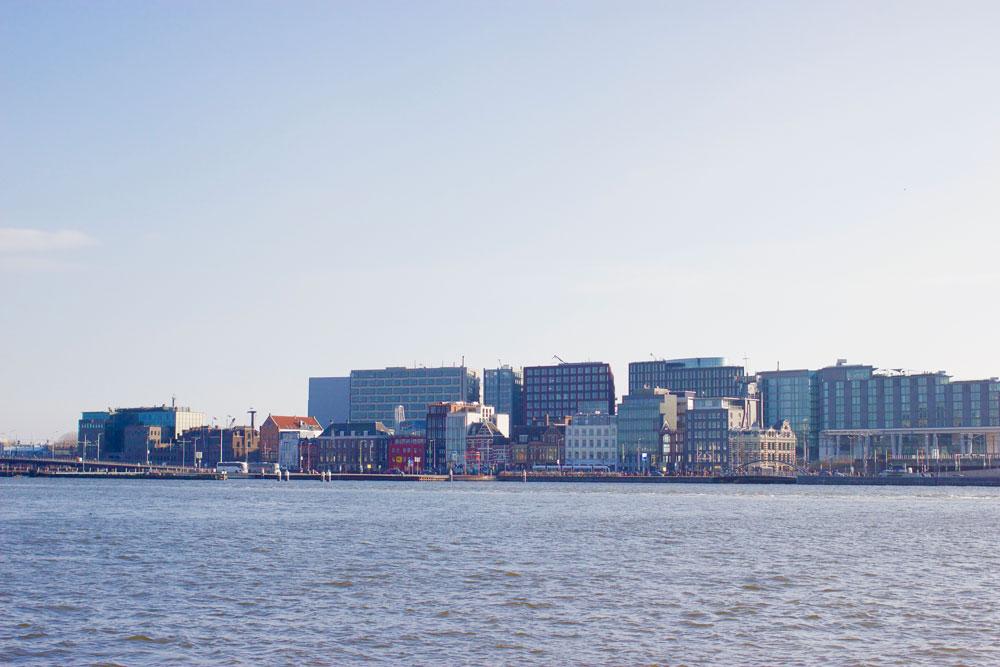 Вид из района Норд на Центральную станцию Амстердама