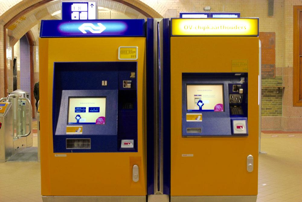 В терминале слева можно самостоятельно купить билет на поезд за наличные